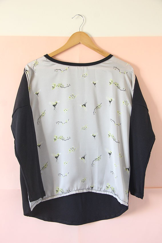 Remera de seda y algodón gris plata con pájaros