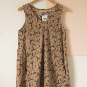 Vestido sin mangas con recortes lino estampado terracota