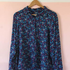 Camisa de fibrana floreada azul